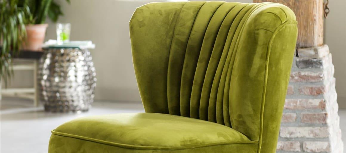 Envie d'apporter un côté rétro à votre intérieur ? Le fauteuil Atoll, en version tissus velours, est fait pour vous. Il se caractérise par une assise extrêmement moelleuse et un dossier courbé qui épousera parfaitement votre dos et lui offrira une enveloppe agréable. L'aspect vintage est apporté par les surpiqûres verticales qui agrémentent le dossier. S'il trouvera parfaitement sa place dans un salon, le fauteuil Atoll peut aussi compléter un joli coin boudoir dans la chambre à coucher ou un dressing.