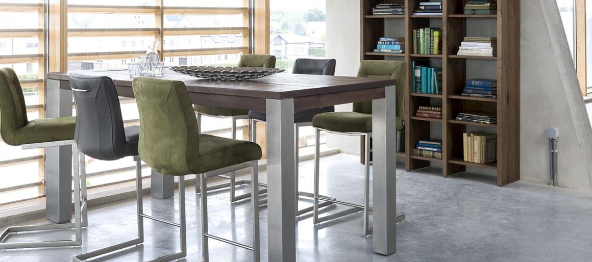 Les chaises de bar Malène sont dotées d'un dossier haut vous permettant d'être confortablement installé autour de votre bar. La chaise Malène existe également en version basse.