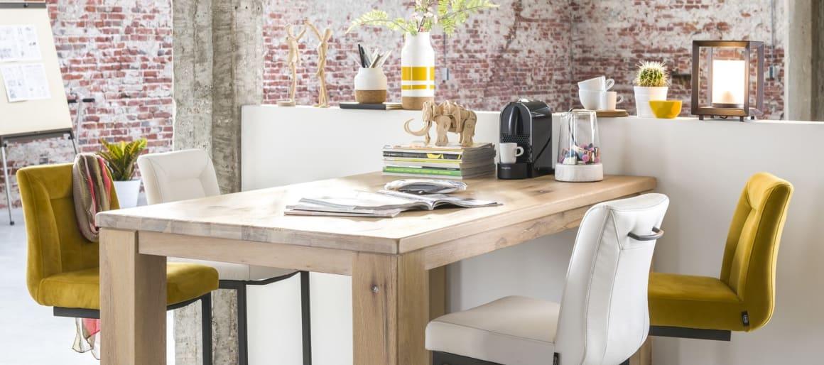 Ce qui distingue la chaise Malvino ? Son pied traîneau carré en métal qui apporte originalité et design. Choisissez le type de cuir selon votre décoration intérieure et votre goût. Vous pouvez aussi décider d'ajouter ou non une poignée pour en faciliter le déplacement.