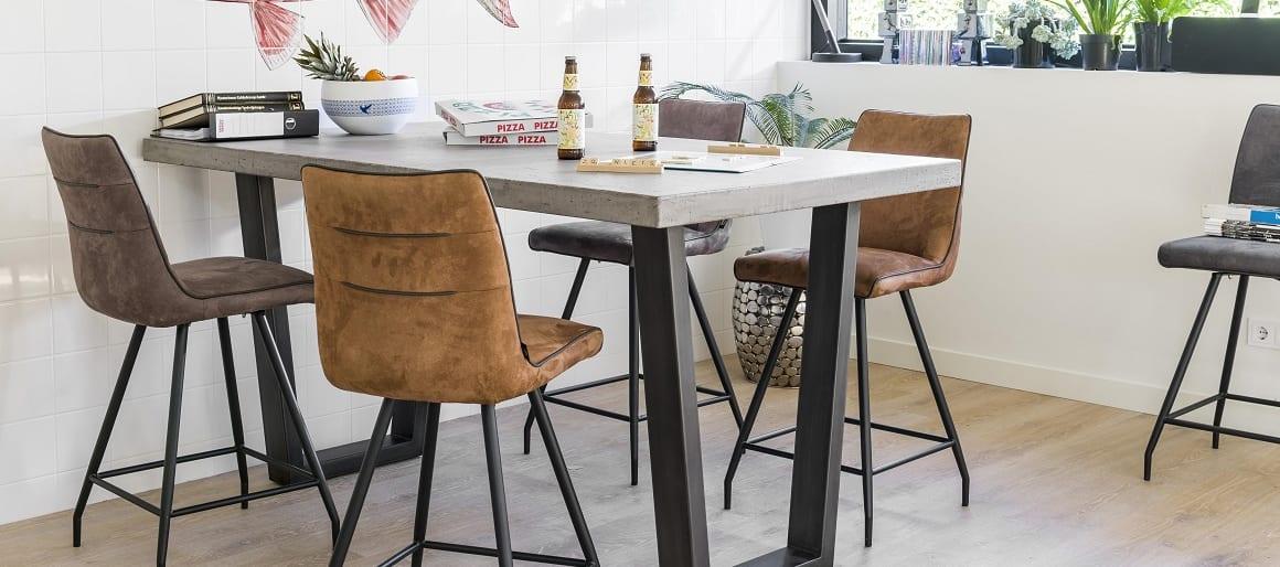 Disponible en chaise et en chaise de bar en 4 coloris : cognac, cuir, petrol et anthracite. Les chaises Maxim sont en tissu et dotées d'une structure en métal moderne. Le tissu et le métal offrent un effet bi-matière très réussi.