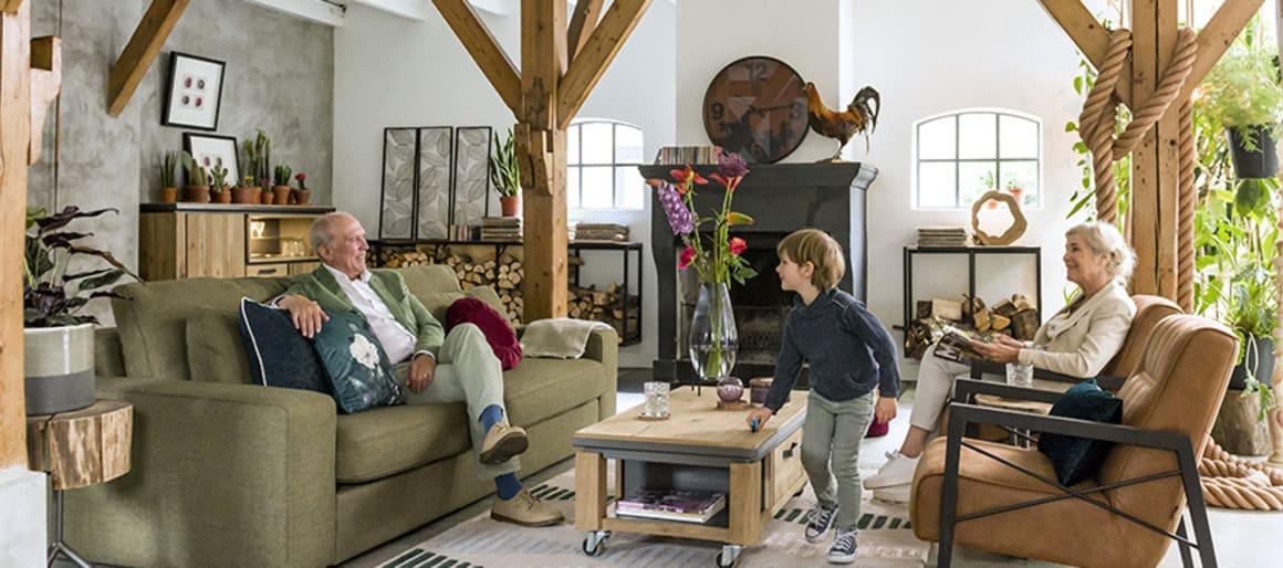 Trouvez le bon équilibre entre meubles au style campagne et/ou vintage appartenant aux grands-parents ou chinés en brocante et meubles arborant une touche de modernité.  Vous pouvez par exemple opter pour des meubles avec des éléments en métal. Chez H&H la ligne Farmland offre un excellent compromis avec son bois brut clair, sa robustesse et ses touches de métal sur les poignées, notamment.