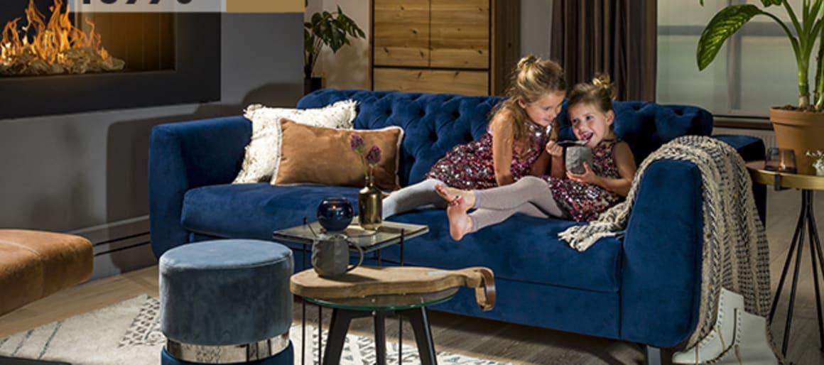 Le canapé Margaux parlera aux amoureux des canapés Chesterfield. Il en reprend en effet les codes de ce meuble mythique, avec son rembourrage capitonné au niveau du dossier. La grande différence se situe au niveau des accoudoirs et des pieds qui, par leur forme, apportent une touche résolument moderne.