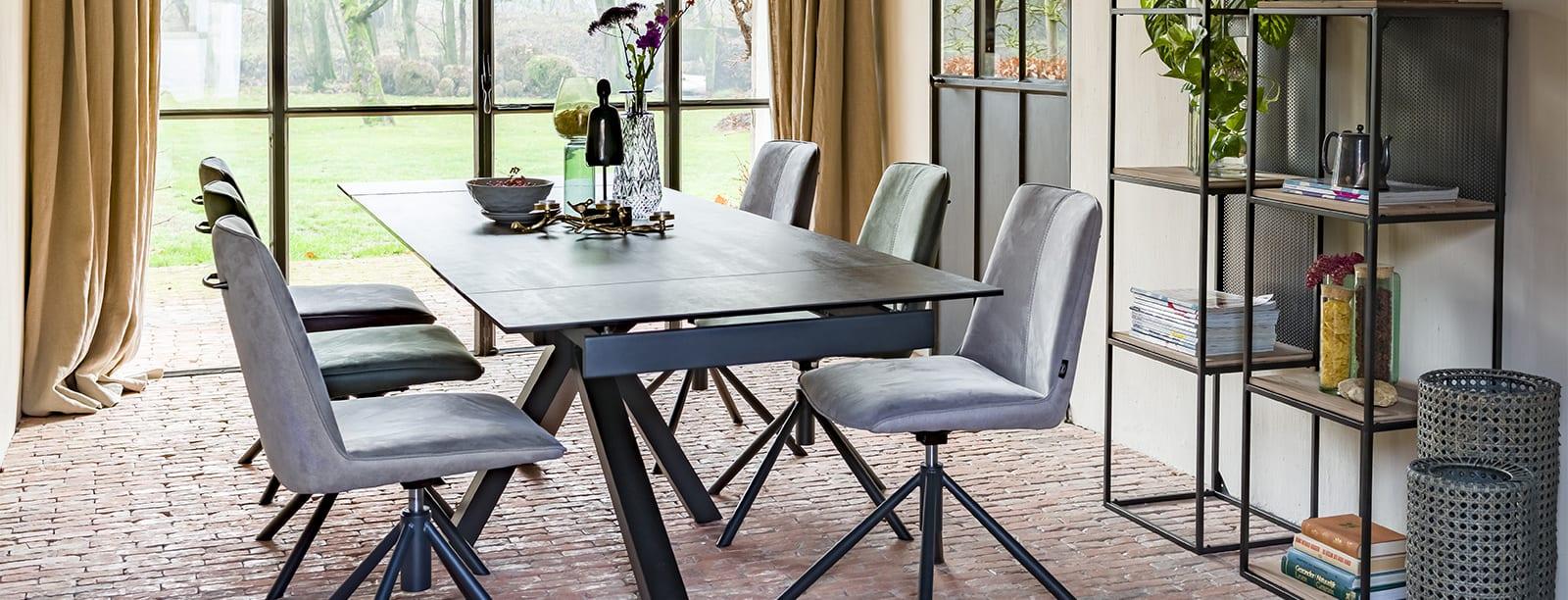Cette table Multi anthracite et très design a un cachet minimaliste bien marqué.