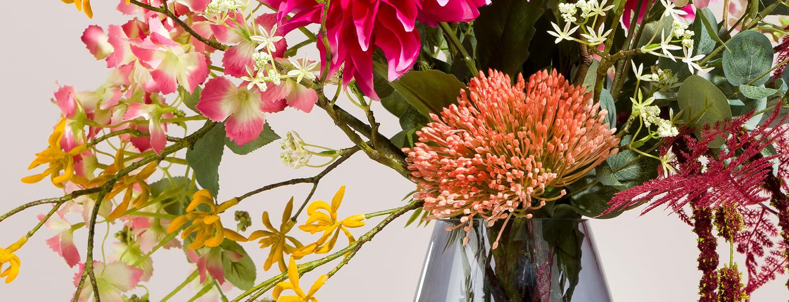 Un joli bouquet des fleurs artificielles