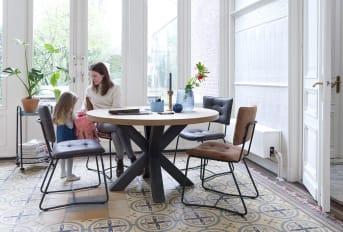 Quel matériau pour une table chaleureuse ?