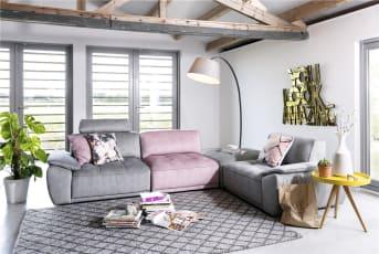 Un canapé gris: comment le mettre en valeur?