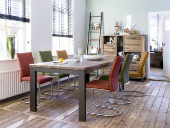 """Deze royale <a href=""""/hh/tafels/eettafels/"""">eettafel</a> uit de Falster-serie van Henders & Hazel biedt met zijn 100 x 220 cm genoeg ruimte om uitgebreid te tafelen in grote gezelschappen. De prachtige tekening van het Kikarhout maakt van het tafelblad een oogstrelend element. De metalen poten zorgen voor een stoere noot. Het hout is gerookt waardoor het deze mooie warme kleur krijgt."""