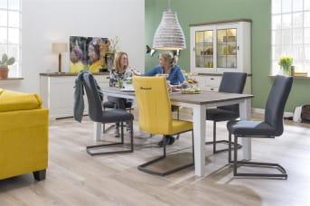 """Deze variant van de <a href=""""/hm/stoelen/eetkamerstoelen/"""">eetkamerstoel</a> Sofie heeft een eigentijds RSV swingframe. Sofie is leverbaar in zowel stof als leder, waarbij je uit veel soorten en kleuren kunt kiezen. Een comfortabele eetkamerstoel om lekker lang na te tafelen. Optioneel kan Sofie voorzien worden van een handgreep op de rugleuning, je kunt hierbij kiezen uit drie opties. Met zo'n handgreep bescherm je de rugleuning tegen vlekken en blijft hij langer mooi."""
