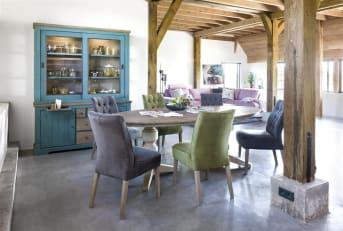 Dieser Esstisch aus der rustikalen Kollektion Le Port ist 190 x 100 cm groß. Der Tisch besteht aus Akazienholz, das manuell gealtert wird und dem Tisch ein schönes authentisches Aussehen verleiht. An diesem Esstisch fallen die klassisch gestalteten Tischbeine auf. Die Tischplatte ist in der Farbe Weathered Grey ausgeführt, die Basis und die Tischbeine haben die Farbe French White. Eine schöne neutrale Farbkombination, ideal für ein ländliches Interieur.