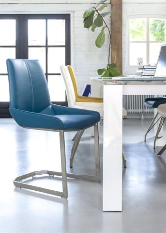 Der Esszimmerstuhl Levi von Henders & Hazel hat eine zeitlose Wölbung und kann mit vier verschiedenen Untergestellen geliefert werden. Sie können dabei aus einem Spin-Rahmen, einem Schwingrahmen, geraden und gebogenen Füßen wählen. Der Stuhl kann mit Stoff und Leder bezogen werden.