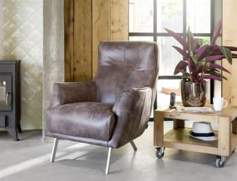 """Faites le choix d'un confort sans faille en optant pour ce <a href=""""/hh/chaises/fauteuils/"""">fauteuil</a> Roskilde ! Disponible en tissu et en cuir selon vos préférences, ce fauteuil design intègre des pieds obliques en métal, pour un résultat résolument contemporain. Les formes rondes de ce fauteuil de salon vous garantissent par ailleurs un confort optimal à chaque utilisation. Téléchargez notre catalogue !"""
