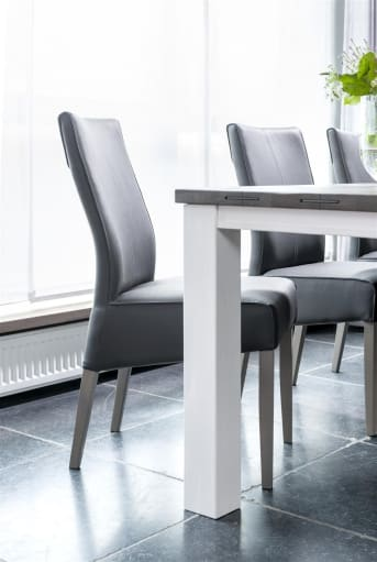 """<a href=""""/hh/stoelen/eetkamerstoelen/"""">Eetkamerstoel</a> Elke van Henders & Hazelis een eenvoudig tijdloos model met houten poten, dat in vrijwel elk interieur tot zijn recht komt. De eetkamerstoel is bekleed met een mooie lederlook, die bijna niet van echt te onderscheiden is. Je kunt hierbij kiezen uit Old English in warm bruin of diverse kleuren Moreno."""