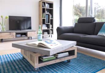 """Laissez-vous séduire par ce grand meuble télé, large de 180 cm, de la collection Myland. Il dispose d'un tiroir, une porte rabattante et une niche. Son plateau est personnalisable: vous pouvez le choisir en bois ou en béton pour un effet plus brut. Très moderne, ce meuble s'intégrera parfaitement à un intérieur doté d'une décoration soignée, dans un salon ou un séjour. Téléchargez notre <a href=""""https://depliant.xooon.com/"""">catalogue</a>!"""