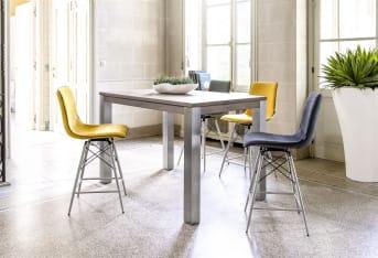 """Laissez-vous tenter par cette <a href=""""/xn/chaises/chaises-de-bar/"""">chaise de bar</a> design de la collection Céline. Un mobilier qui joue sur le mélange des matières puisque cette chaise est dotée de pieds en inox et d'une assise en tissu dont vous pouvez choisir la couleur. Pourvue d'un dossier, cette chaise est confortable et sera idéale pour prendre un repas attablé à un bar, dans une cuisine ouverte par exemple. Téléchargez notre <a href=""""https://depliant.xooon.com/"""">catalogue</a>!"""