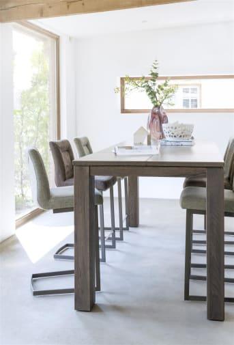 Malene van Henders & Hazel is een heerlijke barstoel voor uren aangenaam tafelen. Het zwarte metalen frame geeft deze stoffen stoel een stoer en modern tintje. De fraai afgewerkte zitting is in diverse kleuren en stofsoorten leverbaar en garandeert een hoog zitcomfort.