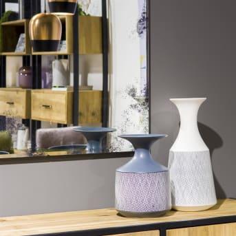 Vaas Dagny van COCO Maison is een elegante wit met grijze vaas. Opvallend is het mooie handgekerfte maaspatroon op de vaas. De Dagny-serie bestaat uit meerdere mooie woondecoraties in de kleuren grijs/wit en wit/grijs. Neutrale kleuren, waardoor deze woondecoraties in vrijwel elk interieur tot hun recht komen.