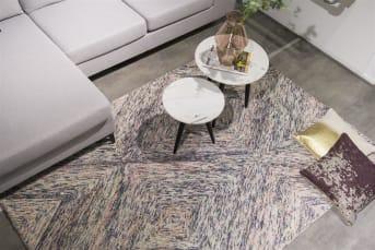 Teppich Auxerre von COCO maison besteht aus sanften Farben und passt daher gut zum Pastell-Trend beim Einrichten. Der Teppich ist von Hand getuftet, ein intensive Arbeit, vor allem angesichts des komplexen geometrischen Musters. Auxerre ist ein angenehmer warmer Teppich mit einem weichen Touch.