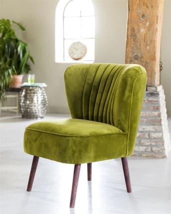 Envie de profiter au maximum de votre fauteuil préféré le soir ? Atoll est un superbe fauteuil relax, rétro, mais néanmoins tendance. Son atout ? C'est vous qui choisissez le tissu qui le recouvrira. Vous avez le choix parmi trois types de tissus différents et plus de 100 coloris. Impossible de ne pas trouver un couleur adaptée à votre intérieur. Vous pouvez même choisir des pieds en bois de teinte coloniale ou des pieds non traités. Ce fauteuil est équipé par défaut de coutures décoratives verticales sur l'assise.