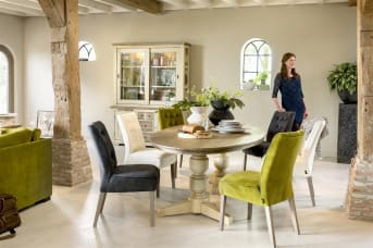 Dieser tolle Beistelltisch stammt aus der rustikalen Le Port Kollektion von Henders & Hazel. Der Tisch ist 60 x 60 cm groß und hat eine praktische Schublade und eine Nische. Schön, um Kleinigkeiten zu verstauen. Der quadratische Tisch besteht aus Akazienholz und hat eine Tischplatte in der Farbe Weathered Grey und einen Rahmen in der Farbe French White. Eine schöne Kombination, die dem Beistelltisch einen Vintage-Charakter verleiht.