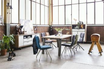 """Eetkamerstoel """"DEMI"""" biedt een heerlijk zitcomfort voor lange tafelavonden dankzij de verhoogde rugleuning en pocketvering zitting. Met de prachtige RVS poten past deze stoel ongetwijfeld perfect aan uw eettafel."""