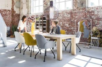 """Deze eigentijdse <a href=""""/hh/stoelen/eetkamerstoelen/"""">eetkamerstoel</a> Clarissa met armleuningen van Henders & Hazel heeft een mooi organisch design. De kuip van de stoel heeft een heerlijk zitcomfort, mede dankzij de armleuningen. Handig is dat Clarissa op wieltjes staat, waardoor deze makkelijk te verplaatsen is. Voor de bekleding kun je uit verschillende stofsoorten en materialen kiezen, waarbij je voor de voor- en achterkant verschillende kleuren kunt gebruiken. Zo heb je altijd de kleur die het beste bij je interieur past."""