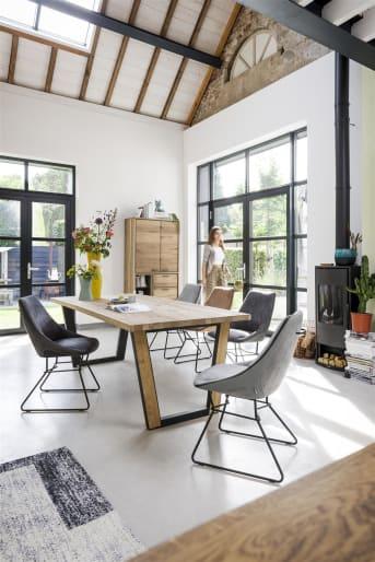 """Voilà un <a href=""""/xn/meubles-de-rangement/meubles-tv/"""">meuble télé</a> qui en jette: ce lowboard de la collection Denmark en chêne, doté d'un cadre en métal noir, affiche une élégance moderne, idéale dans un intérieur à la décoration travaillée. Vous serez séduit par le style de ce meuble, mais également par ses volumes de rangement. En effet, il dispose de deux portes de part et d'autre, un tiroir et une niche avec leds. Téléchargez notre <a href=""""https://depliant.xooon.com/"""">catalogue</a>!"""