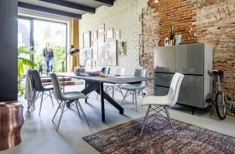 De stoel Ambra is een prachtige eetkamerstoel waar je lekker lang, plezierig en uiterst comfortabel op kan zitten. De stoel heeft een roestvrijstalen speldframe en een unieke Tatra lederlook-stiksel. Dit geeft de stoel een moderne look waardoor deze stoel binnen vele interieurstijlen past. De Ambra eetkamerstoel is beschikbaar in maar liefst 7 verschillende kleuren, namelijk zwart, wit, rood, mint, lichtblauw, charcoal en antraciet. Zo is er altijd wel een passende kleur te vinden die past bij jouw interieur.