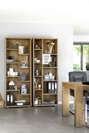 """Deze gave <a href=""""/hh/kasten/boekenkasten/"""">boekenkast</a> uit de Santorini collectie van Henders & Hazel valt direct op door de speels vorgegeven niches. Het zijn er maar liefst 5. De boekenkast is gemaakt van duurzaam eikenhout, dit zorgt voor een mooie tekening en een warme uitstraling. De boekenkast kan in 4 verschillende kleuren worden afgewerkt, afgestemd op je eigen interieur. Tip: zet eens twee boekenkasten naast elkaar voor nog meer opbergruimte."""