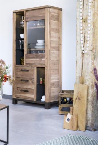 Dieser Holzschrank der Falster-Kollektion mit Glastür, Schubladen und Nischen ist ein schöner Anblick und wird hergestellt aus robustem und geräuchertem Kikarholz. Dank der Metallakzente erhält die hölzerne Vitrine einen coolen und modernen Look. Eine schöne Ergänzung zum Interieur, auch dank der integrierten LED-Beleuchtung. Die Falster-Kollektion von Henders & Hazel ist auch bei unseren Händlern zu bewundern.