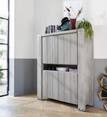 Suchen Sie einen Holz-Schrank mit einem robusten Look und viel Stauraum? Dann ist dieser Schrank der Marke Avola von Henders & Hazel empfohlen. Das Ulmenholz ist in der Farbe steingrau veredelt. Um die Robustheit des Schranks zu verbessern, wird die Oberfläche gebürstet und abgeschabt. Ein attraktiver und praktische Blickfang für fast jede Einrichtung.
