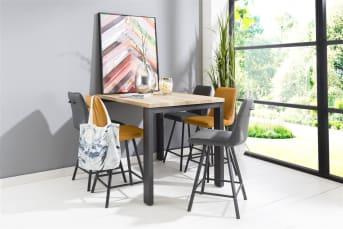 """Ben je van plan een moderne bartafel te kopen? Dan is deze <a href=""""/hm/tafels/eettafels/"""">eetkamertafel</a> uit de Larissa collectie van Happy@Home een aanrader. Stoer, robuust en eigentijds. Het eikenhouten tafelblad heeft een mooie tekening en een warme uitstraling. De zwart metalen tafelpoten zijn de finishing touch. Kijk ook even bij onze barstoelen en stel een mooie set samen."""