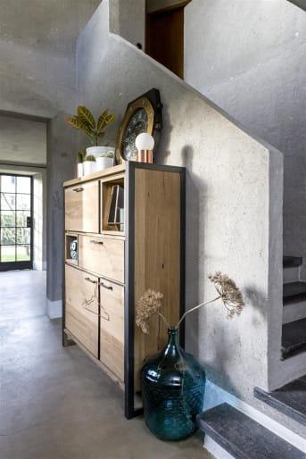"""Het highboard uit de Metalo collectie van Henders & Hazel is een moderne, robuuste <a href=""""/hh/kasten/"""">kast</a>. De combinatie van eikenhout fineer en metaal, zorgen voor een stoer design. De metalen profielen rondom de laden, kasten en niches zorgen voor de finishing touch. Sfeervol is de geïntegreerde led-verlichting in de niches. Gaaf zijn de metalen poten die doorlopen aan de zijkanten van de bergkast. Een fijne kast voor liefhebbers van een stoer en eigentijds interieur."""