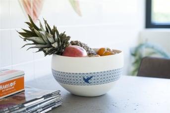 De Kolibri-serie van COCO maison bestaat uit een witte vaas, een pot met deksel, een schaal, een karpet en een kussen. Kenmerkend zijn het kobalt blauwe patroon en de kleine blauwe kolibri die op al deze items terugkomen. Ben je op zoek naar een leuke en bijpassende set woonaccessoires, dan is Kolibri een aanrader. Deze schaal is erg handig voor fruit in te leggen of zelfs een salade in klaar te maken.