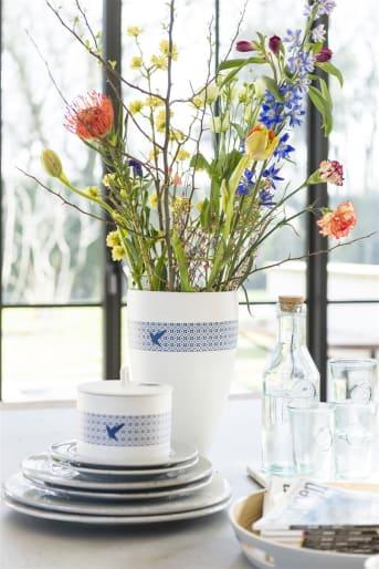 Le pot Kolibri à couvercle assorti de la marque COCO Maison constitue une décoration d'intérieur pratique. Rangez-y vos bonbons ou vos sachets de thé, par exemple. Il se distingue par son liseré orné d'un petit colibri bleu, qui revient également sur le couvercle. Consultez aussi les autres décorations d'intérieur de la gamme Kolibri.