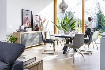 """De <a href=""""/hh/stoelen/eetkamerstoelen/"""">eetkamerstoel</a> Levi van Henders & Hazel is strak vormgegeven en heeft een modern design. De stoel is uitgevoerd in Catania leder en is leverbaar in maar liefst tien verschillende kleuren. Dit model is uitgevoerd met rechte poten. Daarnaast is de Levi stoel ook beschikbaar met een spinframe, swingframe of gebogen poten. Door deze variatie is er altijd een exemplaar te vinden dat aan jouw wensen voldoet en precies binnen je interieur past. Ook kun je ervoor kiezen verschillende kleuren te combineren voor een speels effect. Bovendien is het zitcomfort van de Levi eetkamerstoel zeer hoog dankzij het comfortabele zitvlak."""