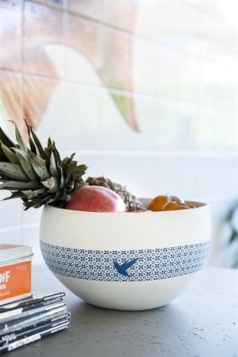 Die Kolibri-Serie von COCO maison besteht aus einer weißen Vase, einem Gefäß mit Deckel, einer Schale, einem Teppich und einem Kissen. Charakteristisch sind das kobaltblaue Muster und der kleine blaue Kolibri auf allen diesen Artikeln. Wenn Du auf der Suche nach einem schönen und zusammenpassenden Set Accessoires bist, dann ist Kolibri ein Muss. Diese Schale ist sehr praktisch für Obst oder sogar zum Salat zubereiten.