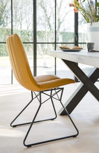 Deze moderne leren eetkamerstoel Lito van Henders & Hazel heeft eigentijdse zwart metalen stoelpoten met een opvallend design. Het meest opvallende aan deze stoel is de trendy mosterdkleur. De stiknaden voor en achter op de stoel zorgen voor een fraaie finishing touch.
