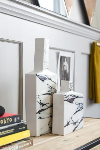 Le vase moderne Yellow Marble de la collection COCO Maison est toujours différent selon l'angle de vue: jaune vif d'un côté, marbré de l'autre et blanc sur le côté. Ce modèle existe dans deux dimensions: large et small.