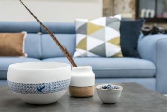 Le vase Skagen small de la collection COCO Maison associe différentes matières. La partie supérieure est en céramique blanche, tandis que la partie inférieure est en liège. Cette décoration élégante trouvera sa place dans tous les styles d'intérieurs. Associez-le au vase Skagen large, doté de touches jaunes.