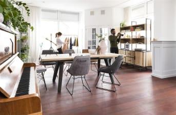 """Aérienne et design, cette <a href=""""/xn/meubles-de-rangement/bibliotheques/"""">bibliothèque</a> de la collection Kinna comprend un tiroir et cinq niches en bois. Elle dispose d'un cadre en métal noir qui lui offre une modernité élégante. Haute de 200 cm, elle arbore une largeur de 80 cm et une profondeur de 35 cm. Ce meuble se mariera parfaitement à un intérieur moderne. Vous pourrez y disposer de beaux objets de décoration ou des livres. Téléchargez notre <a href=""""https://depliant.xooon.com/"""">catalogue</a>!"""