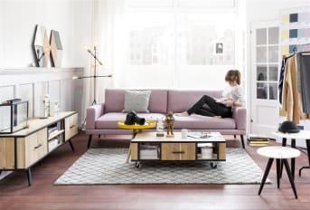 """Het vinden van een fijn tv-dressoir kan nog al eens een opgave zijn, maar met ons tv-meubel """"KINNA"""" zit je goed! Hij past zowel in industriële als Scandinavische interieurs heel mooi door het stoere, lichte hout en zwarte details. """"KINNA"""" bevat 1 deur, 1 lade, en 2 open niches."""