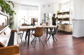 Ben jij op zoek naar nieuwe stoelen voor in jouw interieur? Dan is deze stoel Noah uit de collectie van XOOON een echte aanrader! De eetkamerstoel Noah past goed in een Scandinavisch of industrieel interieur. De pootjes zijn van zwart metaal en het speels ontworpen frame geeft hem net dat beetje extra. De bekleding van deze Noah eetkamerstoel is gemaakt van microleder en is verkrijgbaar in de kleuren antraciet en cognac. Wat erg leuk is om de eetstoelen te combineren voor een speels en eigentijdse sfeer in de eetkamer. Natuurlijk kun je ook voor eenheid gaan en stoelen in dezelfde kleur uitkiezen. Wat jouw stijl ook is, met de Noah stoel kun je alle kanten op!