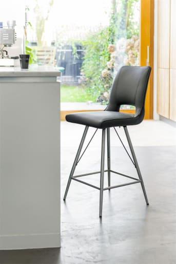 De eetkamerstoel Duncan is een comfortabele stoel met een strak design. Hierdoor past dit model zeer goed in een modern en eigentijds interieur. De stoel is voorzien van RVS poten en is beschikbaar in verschillende kleurcombinaties. Ga dus voor een kleur die goed matcht met de rest van het interieur. Ook kun je kiezen voor eetkamerstoelen in verschillende kleuren. Dit zorgt voor een speels effect in de eetkamer. De stoel Duncan is naast eetkamerstoel ook als barstoel beschikbaar. Deze heeft een hoogte van 99 centimeter en is daardoor geschikt om rondom een bartafel of keukeneiland te plaatsen.
