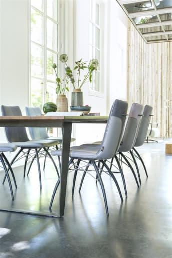 Zoek je een moderne eetkamerstoel met verschillende variatiemogelijkheden? Dan is stoel Kyle van Henders & Hazel een aanrader. De stoel heeft een eigentijdse uitstraling dankzij het zwart metalen onderstel en de minimalistisch vormgegeven kuip. Deze kuip kan in verschillende kleurencombinaties worden uitgevoerd, met een combinatie van stof en kunstleer. Voor deze versie van Kyle is gekozen voor een combinatie van lichtgrijsTatra kunstleder en stof Miami in de kleur antraciet. Handig is de greep op de rugleuning.