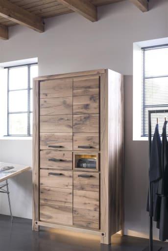Deze handige houten bergkast uit de Maitre collectie van Henders & Hazel biedt veel bergruimte. Omdat de kast vrijwel geheel dicht is, komt het fraaie wildeiken patroon goed tot zijn recht. De bergkast heeft 4 deuren, 1 lade en 1 niche. De niche is voorzien van ledverlichting, wat zorgt voor een sfeervol accent. Voor de afwerking kan je kiezenuit 4 verschillende houtkleuren. Het bovenblad van de kast kan zowel in hout als beton worden uitgevoerd. Optioneel kunnen er handgrepen van hout worden aangebracht en ledvloerverlichting. Deze kast is in twee afmetingen leverbaar: 110 cm en 140 cm breed.