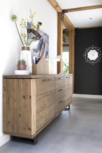 Dit stoere houten dressoir is 180 cm breed en afkomstig uit de Quebec-collectie van Henders & Hazel. Het dressoir heeft 3 deuren en 1 lade en is gemaakt van Kikarhout. De zwart houten poten versterken de stoere uitstraling van dit dressoir met fraaie naturelle look.