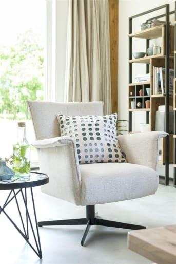Deze fauteuil Carola van Henders & Hazel heeft een fris eigentijds design en een lage rug (er is ook een uitvoering met een hoge rug). De stoel staat op een fraaie sterpoot, waarbij je uit verschillende uitvoeringen kunt kiezen. Ook op het gebied van stoffering zijn er diverse mogelijkheden. Carola is in heel veel verschillende stof- en ledersoorten en kleuren leverbaar.