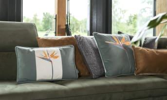 Les coussins Unfolded de la marque COCO maison existent en version carrée et rectangulaire. Ces modèles se distinguent par leur splendide fleur tropicale Strelitzia et leur chaleureuse teinte verte.