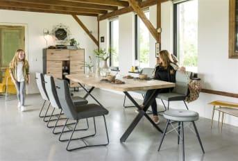 """Ce <a href=""""/xn/meubles-de-rangement/"""">meuble de rangement</a> de la collection Barcini ne manque pas d'allure. Doté de trois portes classiques, une porte rabattante et trois niches avec éclairage led, il vous offre une bonne capacité de rangement. Avec sa devanture en chêne et son cadre en métal noir, ce highboard affiche un look moderne, élégant et travaillé. Ce meuble aura toute sa place dans votre séjour. Téléchargez notre <a href=""""https://depliant.xooon.com/"""">catalogue</a>!"""