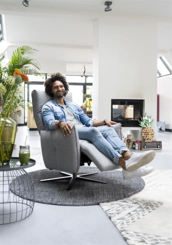 """Op zoek naar de ultieme en moderne relaxfauteuil? Kijk dan eens naar deze topper """"TIRANA"""". Uitgevoerd in een fijne trendy stof, en """"TIRANA"""" staat op een mooie zilveren voet. Deze fauteuil heeft een uitklapbaar gedeelte, zodat je heerlijk met de benen omhoog kunt zitten. Deze uitvoering is manueel bedienbaar."""